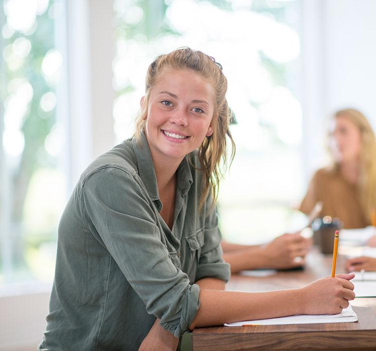 Eine Studentin schreibt ein Motivationsschreiben