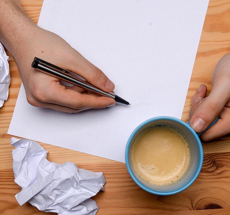 Ein/-e Student/-in schreibt einen Lebenslauf