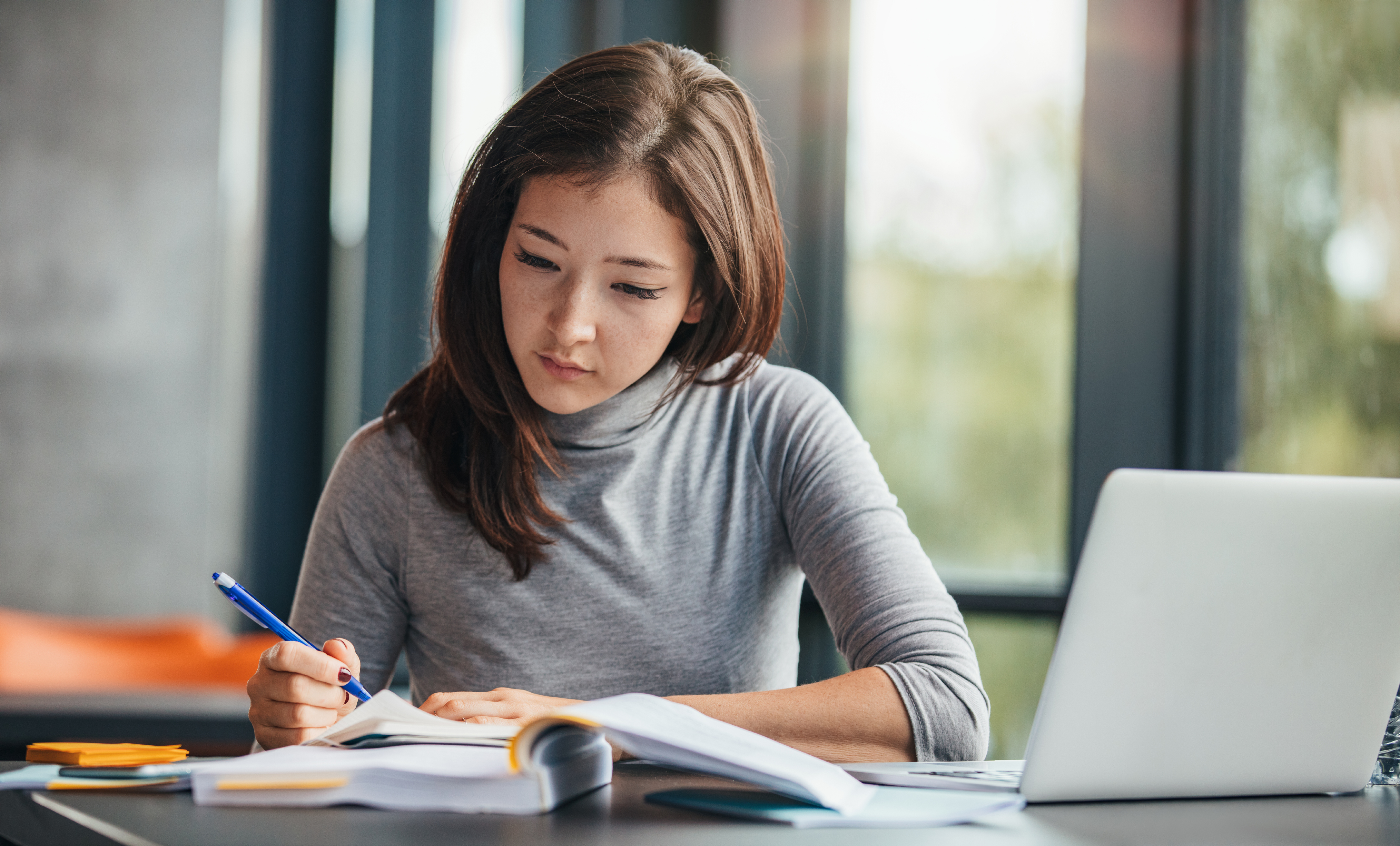 Studentin schreibt Bewerbung
