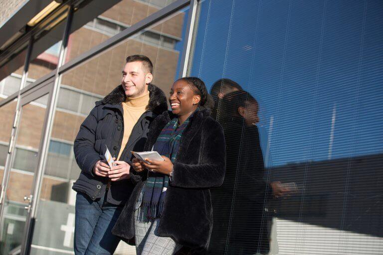 2 Studenten stehen vor der Universität