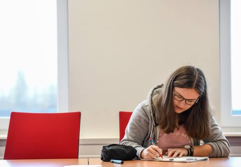 Student schreibt an einer Bewerbung