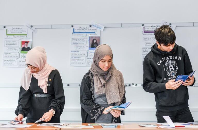 Studenten die sich über Bewerbungsfristen informieren