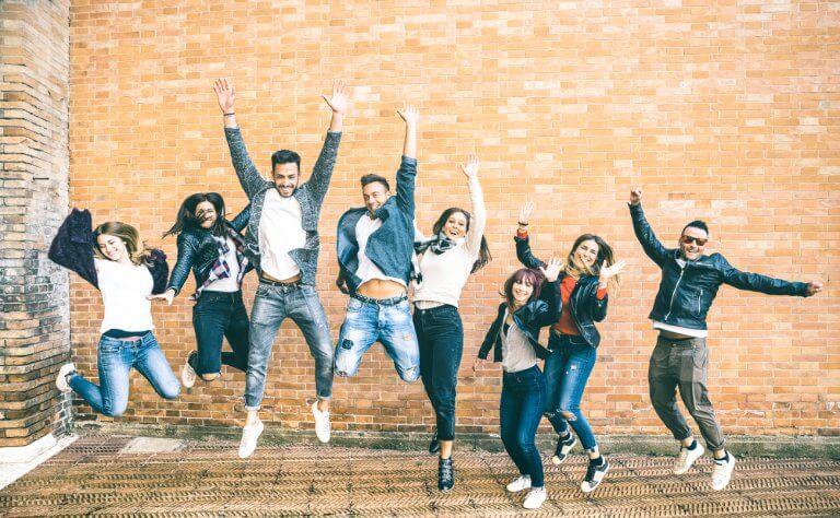 Idielle Förderung: jubelnde Studenten